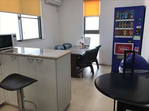 休憩室(カフェスペース)完備。毎月おやつ代を支給しており、好きなおやつを食べながらスタッフ間で交流できる場となっています。