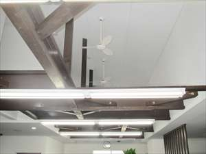 2階事務所内は吹き抜け天井。圧迫感の無い空間で心地良く業務に取り組んで頂けます。