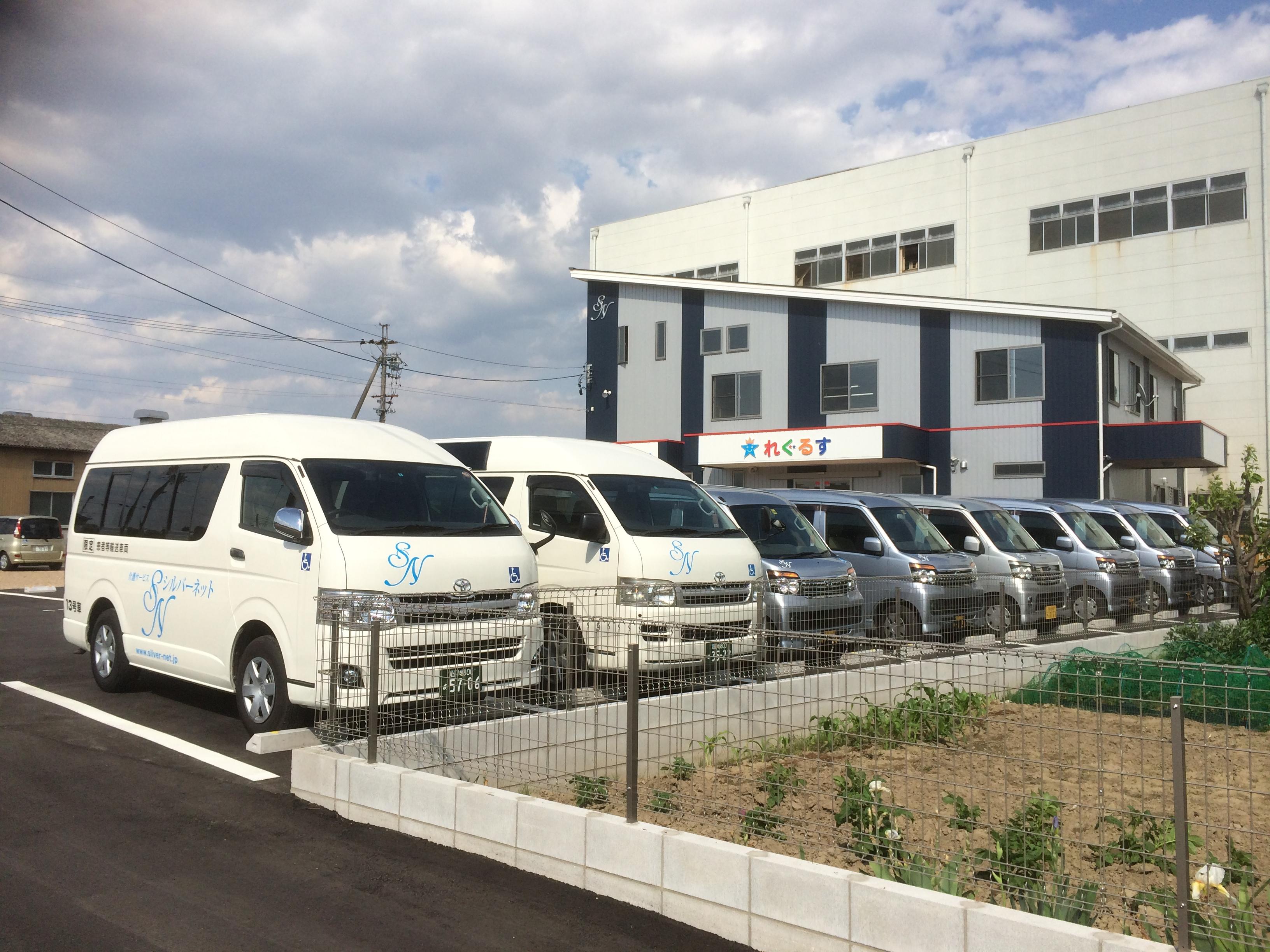 車通勤者の為の駐車場完備。50台以上駐車出来ます。